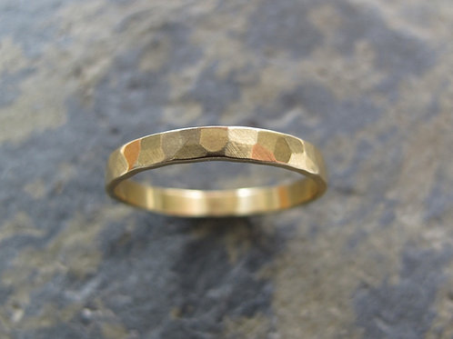 Faceted gold ring - Hammered 18ct gold band