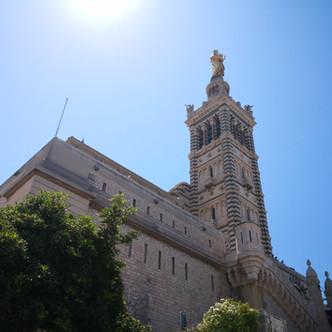 Au-dessus des toits de Marseille : Notre-Dame de la Garde