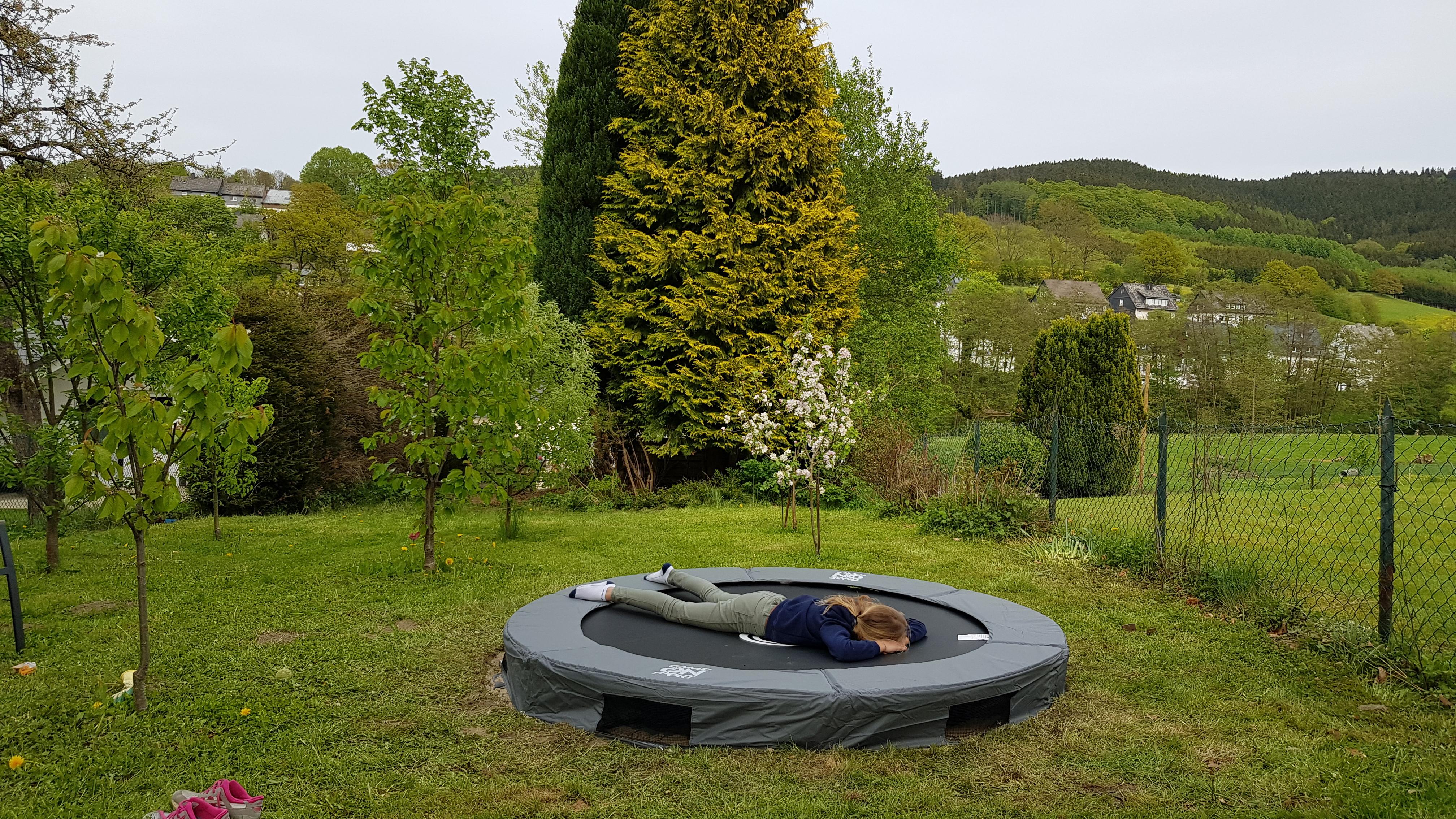 grote trampoline in tuin