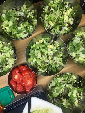 Vorbereiten der Salat Schüsseln