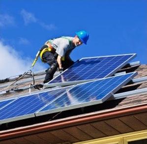 Módulos solares instalados no telhado da residência