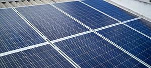 Painéis solares instalados no telhado da residência