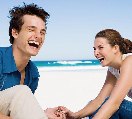 Coppie che ridono al Beach