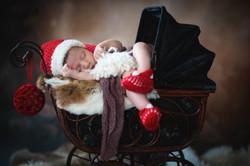 Baby mit Weihnachtsmann Mütze