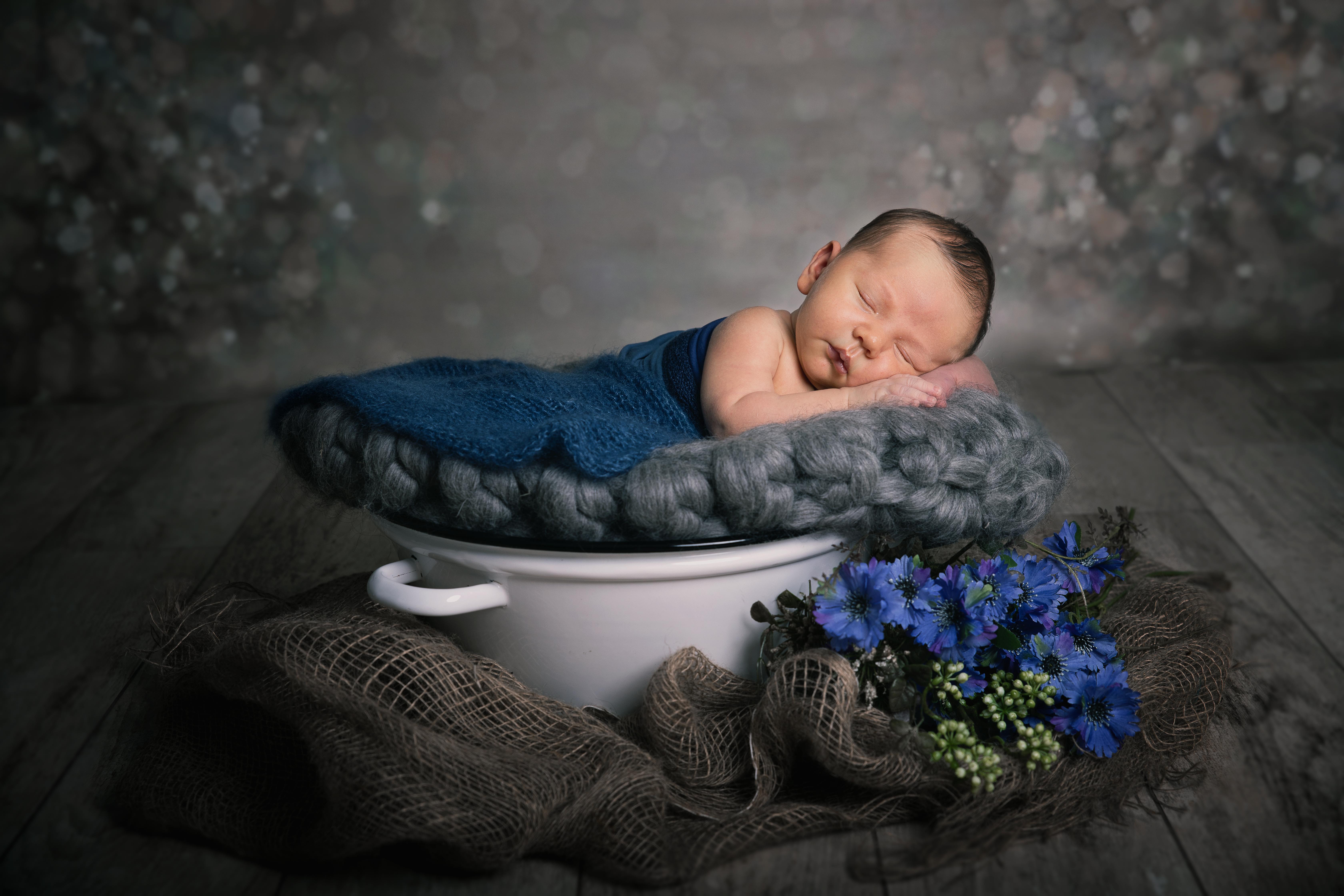 Neugeborenes Baby im einer Email Wanne