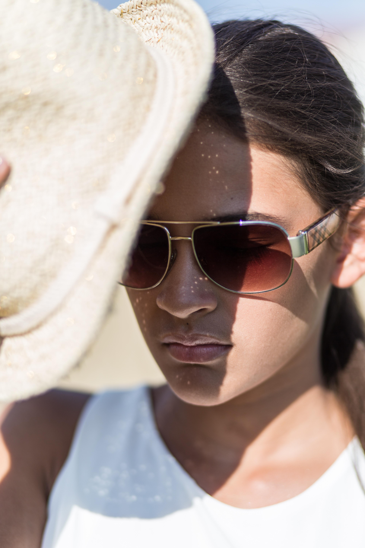 Kinderfoto Mädchen mit Sonnenbrille und Hut