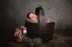 Babyfoto im Holzeimer