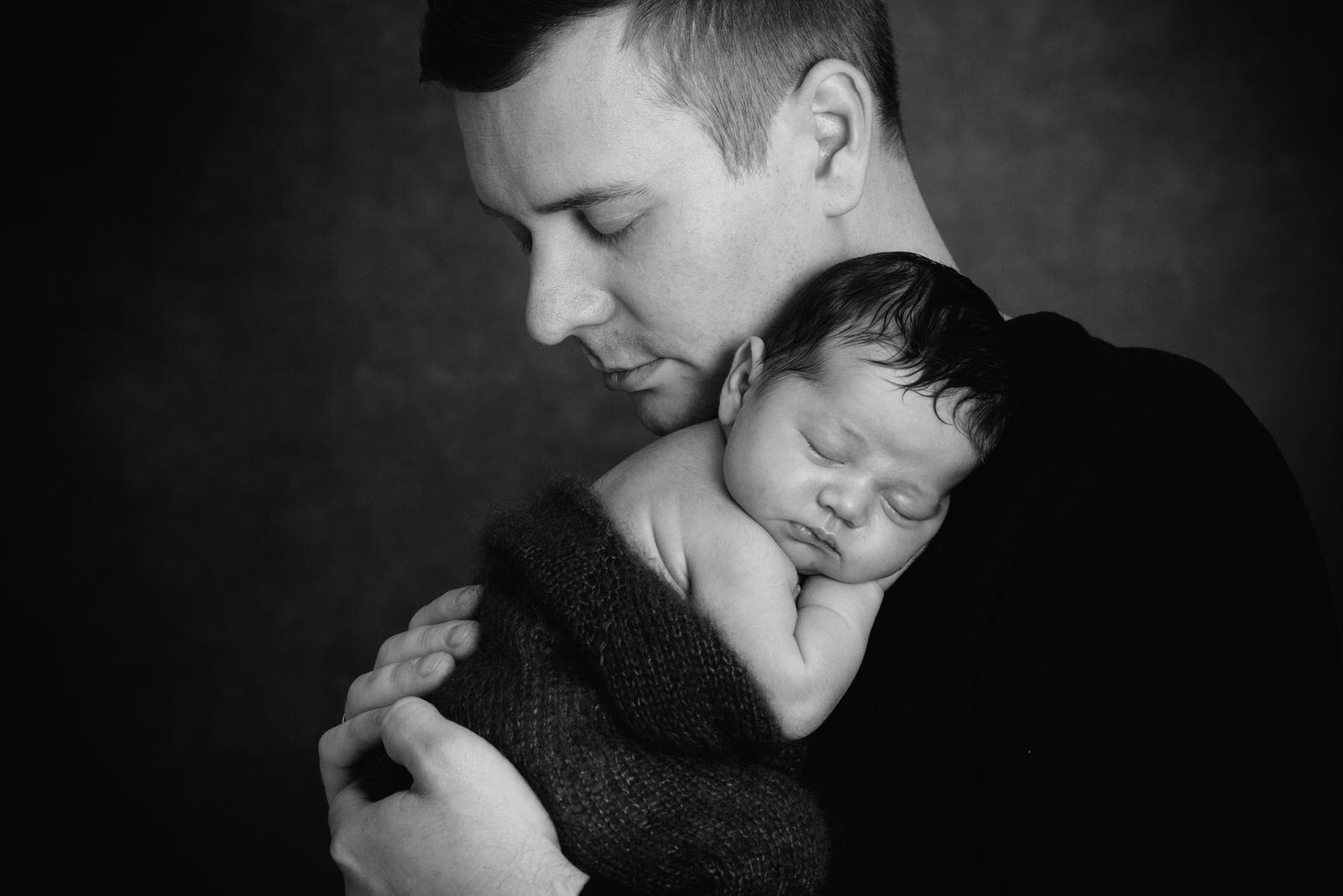 Baby schläft auf Papas Schulter