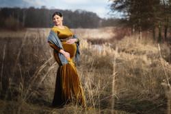 Babybauch im goldenen Kleid