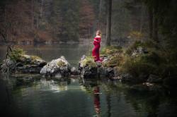 Schwangerschaftsfoto am Bergsee