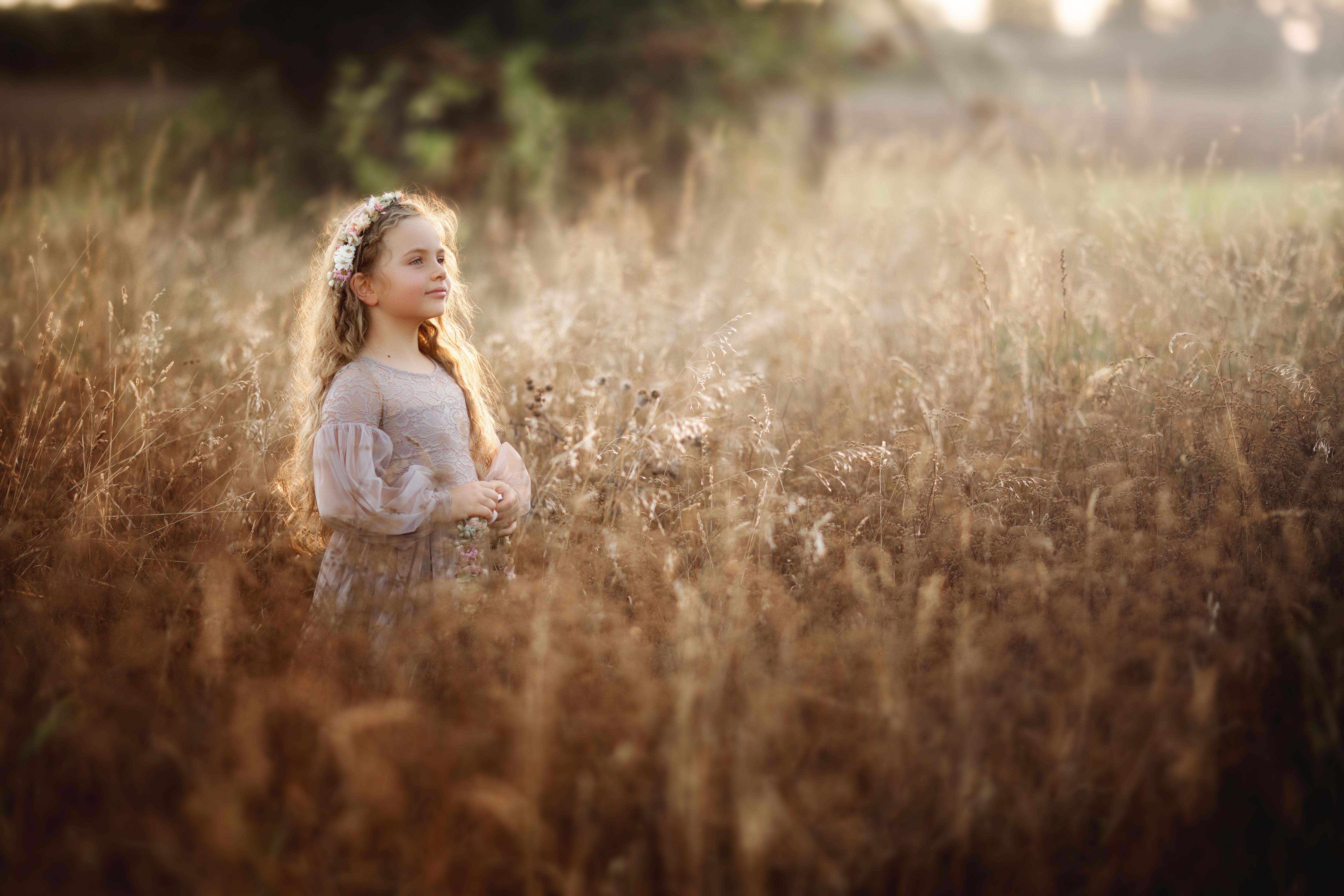 Kinderfoto Mädchen im hohen Gras