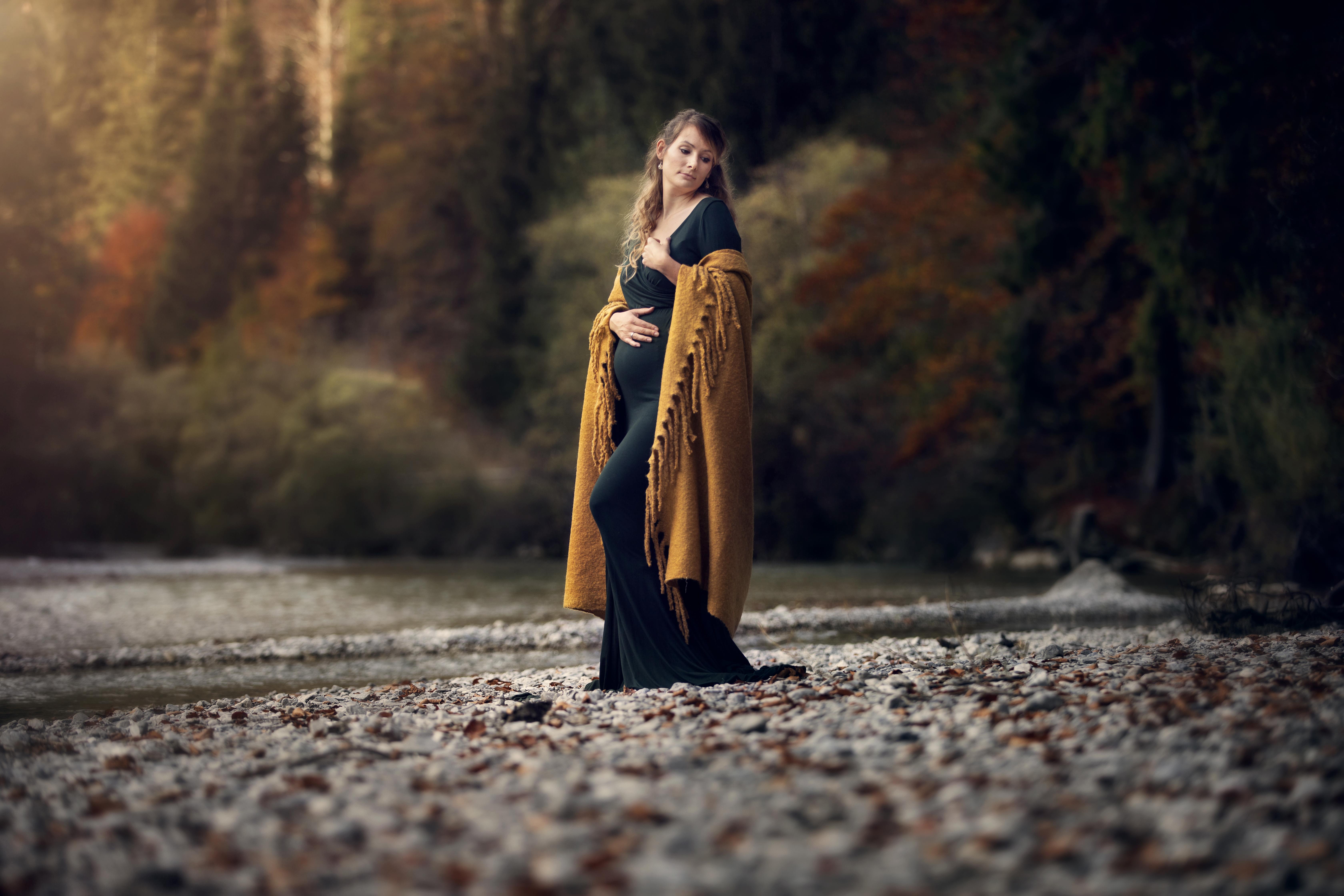 Schwangerschaft Shooting im Flussbett