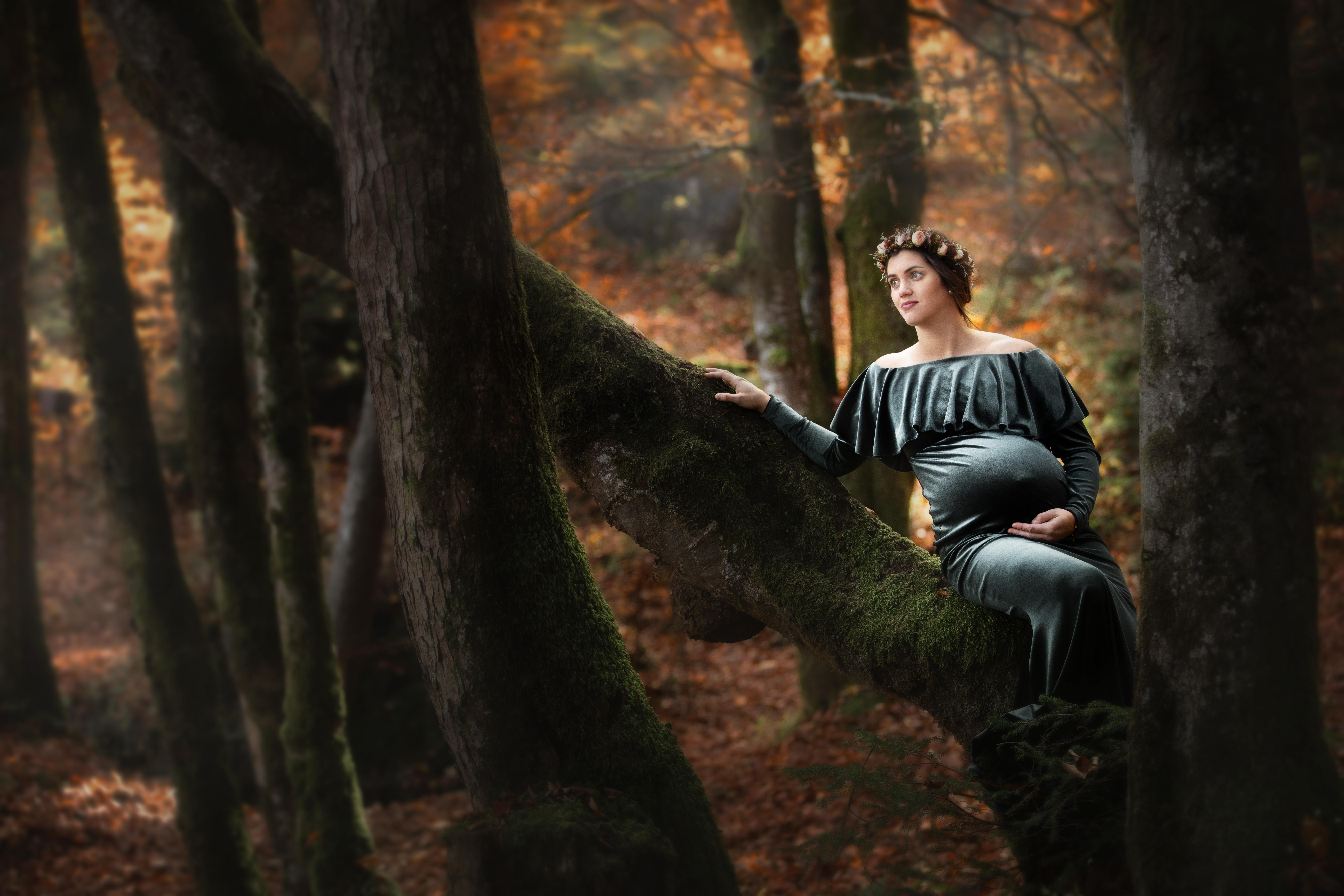 Romantisches Schwangerschaftsfoto im Herbstwald