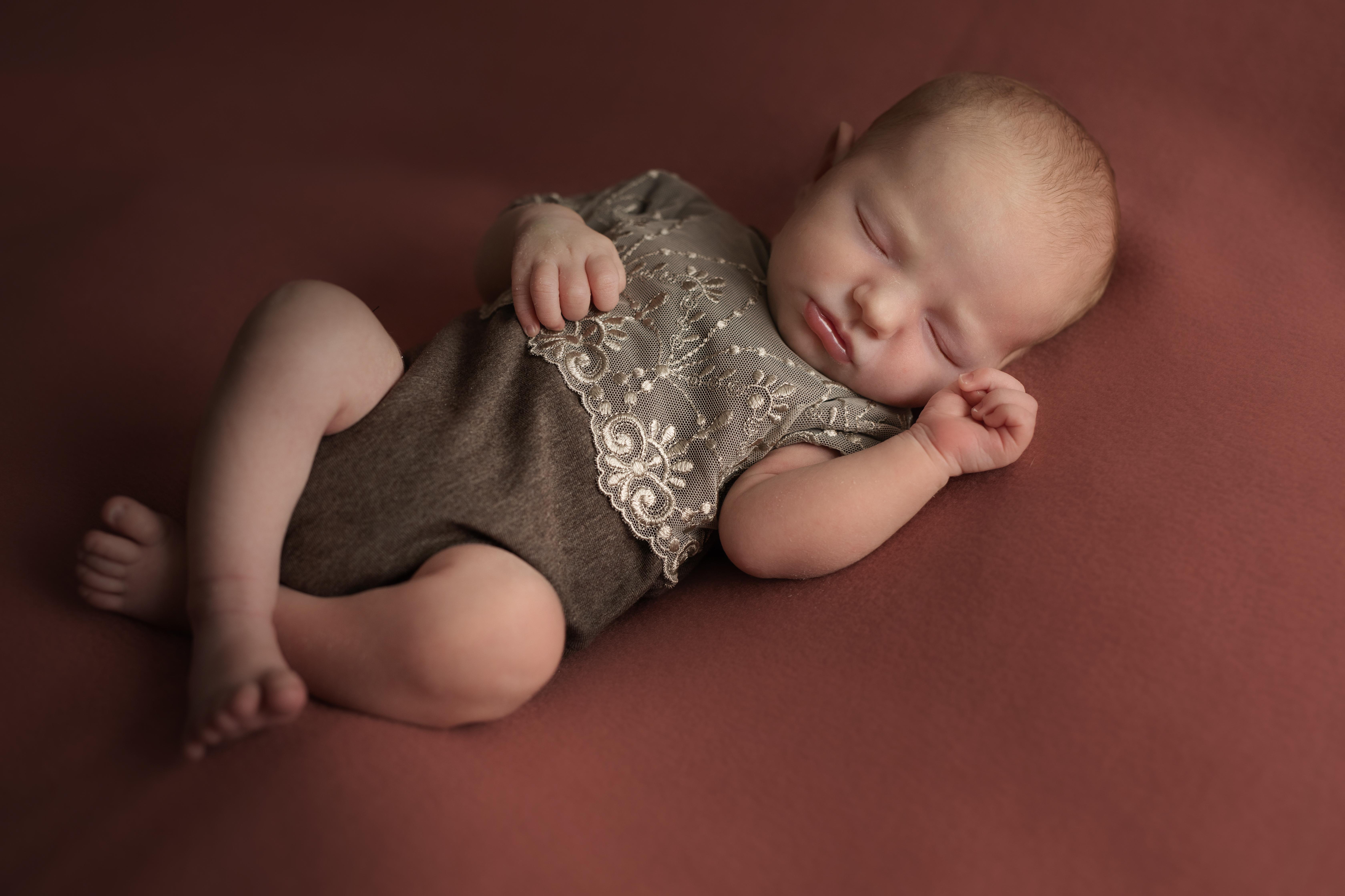 Neugeborenes Baby schlafend