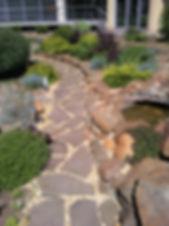 Дорожка с природным камнем