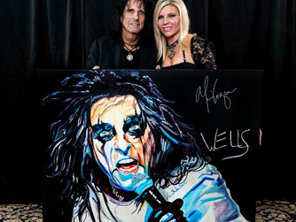 Alice Cooper signs WELLS' art