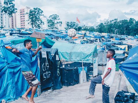 Há muitas formas de resistir no país do futebol