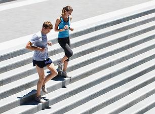 Paar läuft Treppe herunter