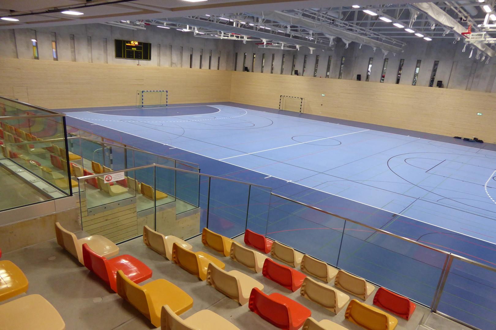 Stade indoor flambant neuf après sa mise en peinture