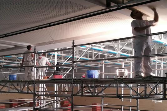 Création d'un plancher pour peindre le plafond au-dessus de la piscine