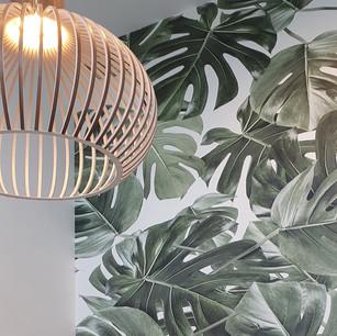 Décoration tendance avec ce papier-peint jungle sur un seul mur