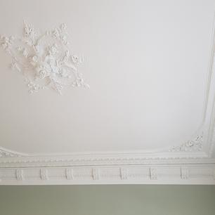 Restauration du patrimoine avec ce plafond à moulures