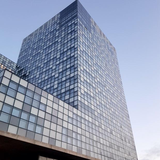 Une des tours RTL Group de 14 étages, peinte en un mois et demi