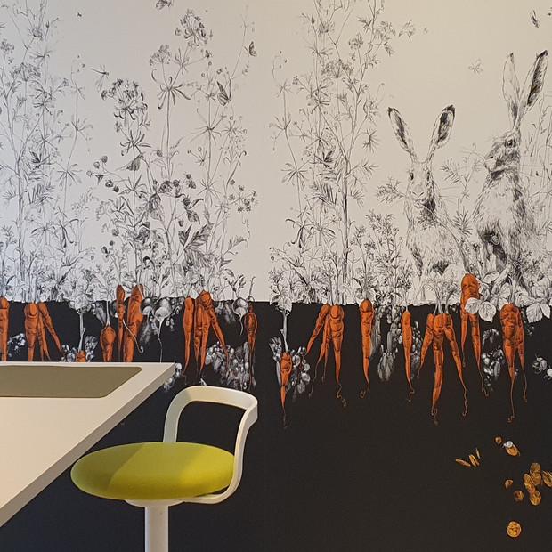 Une nouvelle vie pour cette cuisine grâce à un papier-peint original et créatif