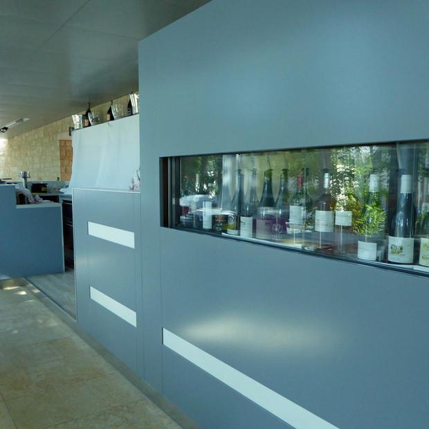 Peinture moderne et épurée pour vous accueillir au restaurant Le Schéiss, Luxembourg