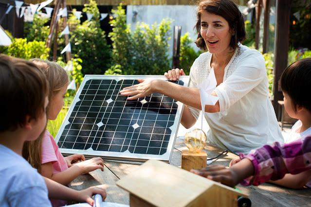 A foto mostra mostrando um painel solar para crianças.
