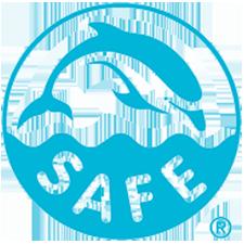 A foto mostra um selo azul que mostra a silhueta de um golfinho, abaixo tem desenho de onda e a palavra: Safe.