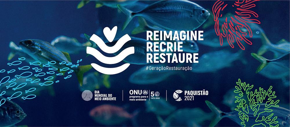 É um cartaz promocional. No fundo mostra o oceano e peixes nadando. No centro se lê: Reimagine, recrie, restaure, hashtag Geração Restauração. Na parte de baixo, se lê: Dia Mundial do Meio Ambiente, ONU: Programa para o meio ambiente 50 - 1972-2022 e Paquistão 2021.