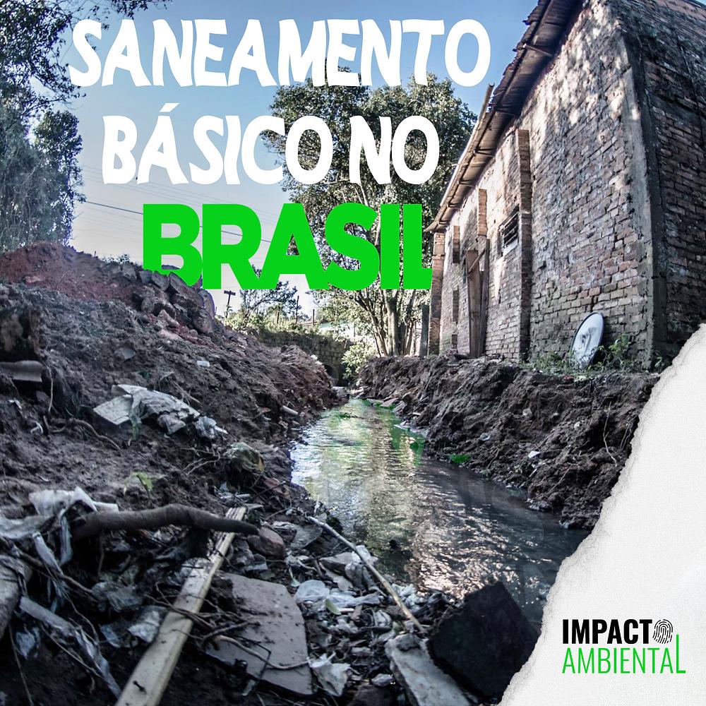A foto mostra uma passagem de esgoto correndo a céu aberto, perto da água tem vários restos de entulho e lixo. Acima está escrito saneamento básico no Brasil.