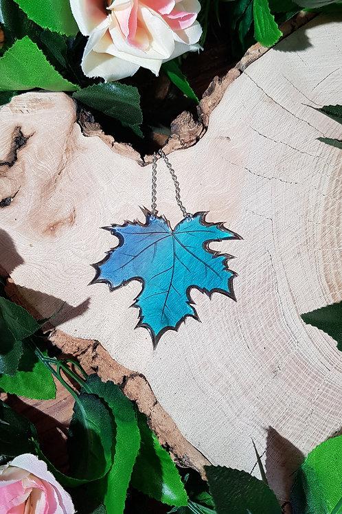 Dans la nuit glaciale de l'hiver l'érable aux feuilles mortes se meurt de désespoir