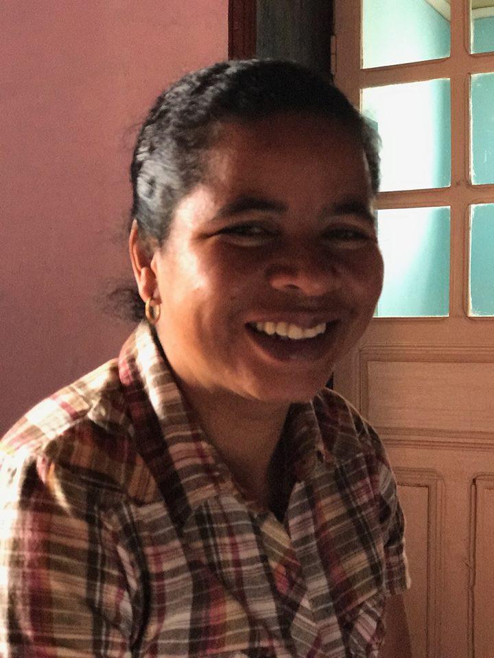 Véronique, un sourire de caractère et de révolte qui ne l'empêche pas d'aider  aussi les plus petits.