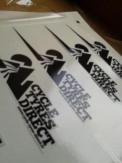 Sticker transparent avec vernis anti-rayure et découpe à la forme selon un tracé vectoriel