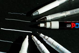 黒い紙に書けるペンの写真
