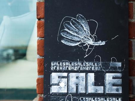 チョーク粉末で描いた黒板アート風の店舗ディスプレイ習作