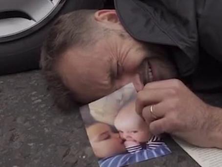 #ExtinctionRebellion: Ακτιβιστής ξεσπάει σε κλάματα για το μέλλον των παιδιών του...