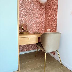 coiffeuse sur mesure et papier peint terracota, chaise velours nv gallery