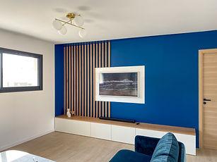 salon bleu et tasseau bois, canapé velours bleu