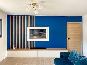 tasseau bois salon, meuble tv bas et plateau bois, tv cadre samsung