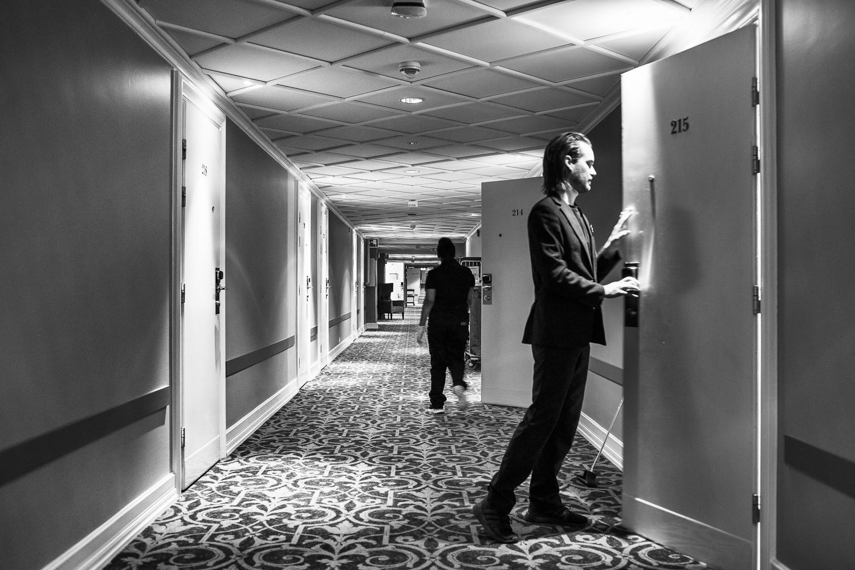 Få gäster bor kvar och korridorerna är tysta så när som på några ur personalen.