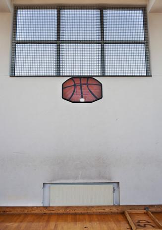 Resterna av en basketkorg i gymnastiksalen.