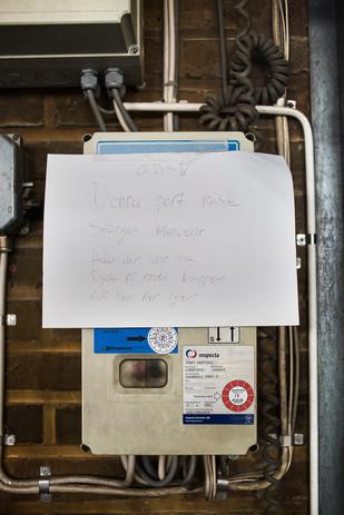 Handskriven lapp vid en av portarna