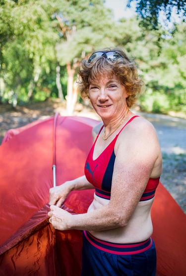 Schweizisk kvinna slår upp sitt och familjens tält.