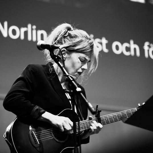 """Annika Norlin """"Säkert"""" under Folkuniversitetes evenmang Hettan"""