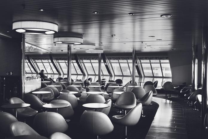 Den 14:e mars kl 12.00 2020 stänger Dan- mark gränsen. Den 23:e mars seglar fär- jorna mellan Helsingborg och Helsingör med några få passagerare. Personer med starkt berättigade själ kan fortfarande få inresetillstånd. Dit räknas arbetspendling.