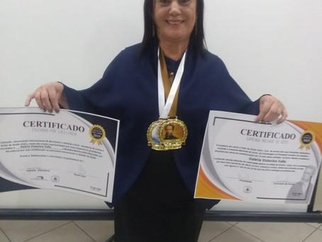A professora Valéria V. Valle recebe Comenda Machado de Assis e o Prêmio Educador por Excelência