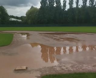 Zwei Fehler entscheiden die erste Partie früh und Regen verhindert Erfolg in Spiel zwei.